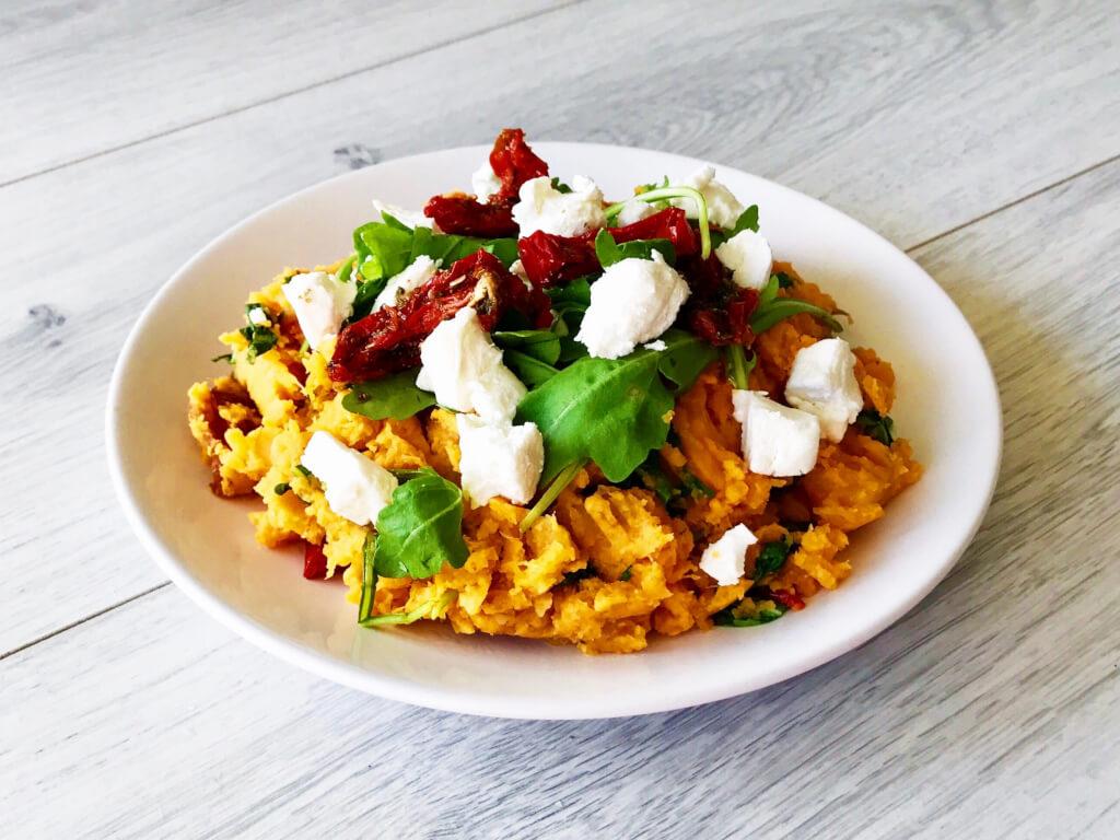 Zoete Aardappel en Pompoenstamppot met Rucola, Zongedroogde Tomaat en Geitenkaas - Afvallen Almere gezond recept